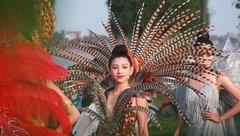 """Văn hoá - """"Bỏng mắt"""" với dàn hotgirl, người mẫu diễu hành trên phố ở Quảng Bình"""