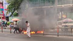 Tin nhanh - Xe tải bốc cháy ngùn ngụt giữa đường khiến nhiều người hú vía