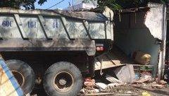 Tin nhanh - Xe ben mất lái, tông sập tường trường học, một người bị thương