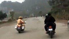 An ninh - Hình sự - Nhóm thanh niên chạy xe máy đánh võng thách thức cảnh sát giao thông