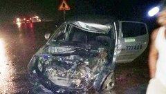 Tin nhanh - Xe khách đâm nát đầu taxi, 3 người nhập viện nguy kịch
