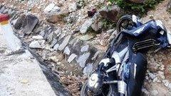 Tin nhanh - Xe máy mất phanh đâm vào vách núi, 2 mẹ con tử vong