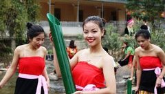 Văn hoá - Đẹp mê hồn dàn thiếu nữ Thái xuống suối lấy nước đầu Xuân