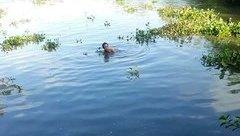 Tin nhanh - Hàng chục người ngụp lặn tìm bé trai mất tích dưới sông