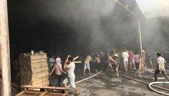 Tin nhanh - Người dân lao vào đám cháy giúp công ty gỗ cứu tài sản