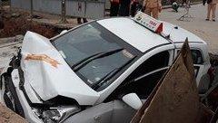 Xã hội - Taxi lao xuống hố công trình thoát nước, tài xế nhập viện cấp cứu