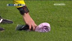 Bóng đá Quốc tế - Clip: Trọng tài phải đi 'dọn tiền' trong trận Anderlecht - Bayern