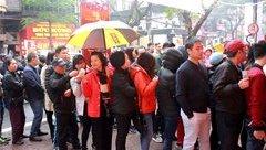 Mới- nóng - Clip: Người dân Hà Nội đổ xô đi mua vàng ngày Vía Thần Tài