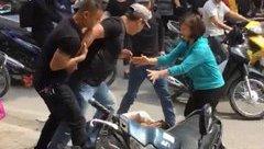 An ninh - Hình sự - Người đàn ông hành hung nam thanh niên nằm bất động giữa đường