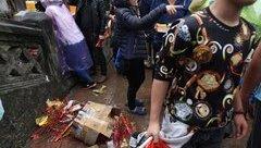 Điểm nóng - Xô đẩy nhau, vứt rác bừa bãi tại lễ hội chùa Hương