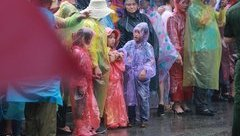 Văn hoá - [Chùm ảnh]: Triệu người dân đội mưa dâng hương ngày Giỗ Tổ Hùng Vương