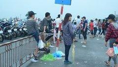 Văn hoá - Những hình ảnh chưa đẹp trong ngày cuối lễ hội Đền Hùng