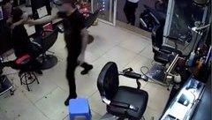An ninh - Hình sự - Hà Nội: Tạm giữ nhóm côn đồ dùng súng bắn chủ tiệm cắt tóc