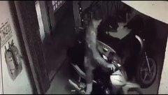 An ninh - Hình sự - Hà Nội: Trộm ngang nhiên mượn khóa cổng xóm trọ để 'cuỗm' đi xe máy