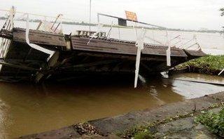 Tin nhanh - Cầu dẫn và ponton bến phà Cần Thơ cũ bị lũ cuốn sập