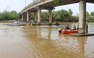Tin nhanh - Sà lan chở cát chìm giữa sông, vợ chồng mất tích