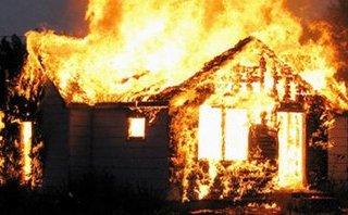 Tin nhanh - Lửa thiêu rụi ngôi nhà gỗ, một người tử vong