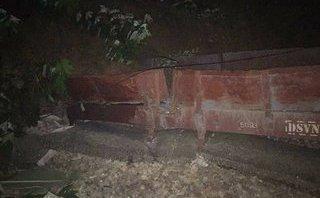 Chính trị - Xã hội - Yên Bái: 7 toa tàu bị trật bánh do đất đá sạt lở
