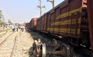 Xã hội - Tàu hoả bị trật bánh, đường sắt Bắc – Nam thông tuyến trở lại