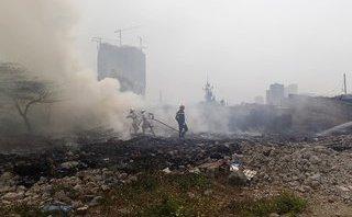 Tin nhanh - Hà Nội: Người dân hoảng loạn khi bãi tập kết rác bất ngờ bốc cháy