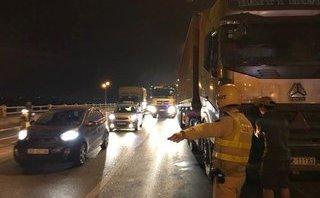 Tin nhanh - Ùn tắc giao thông kéo dài vì tài xế bỏ lại xe container giữa cầu Thanh Trì