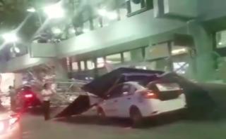 Tin nhanh - Hàng rào chắn ở sân bay Nội Bài bị đổ sập đè lên xe taxi