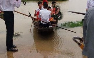 Chính trị - Xã hội - Nước ngập đường, chàng trai chèo thuyền vượt lũ đi hỏi cưới vợ