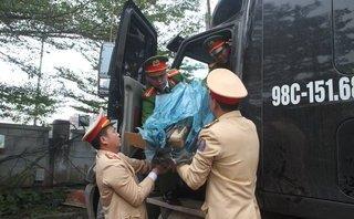 Xã hội - Tài xế container chèn xe cảnh sát, tháo chạy khi bị phát hiện chở pháo