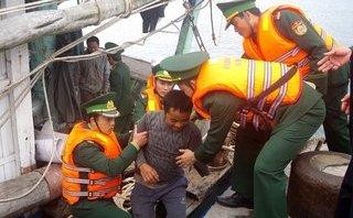 Xã hội - Lênh đênh 10 tiếng đồng hồ giữa biển, 11 ngư dân được BĐBP Hà Tĩnh cứu sống
