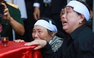 Tin nhanh - Xúc động lễ đón hài cốt 12 liệt sĩ từ Lào về Việt Nam
