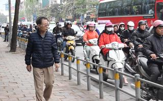 Mới- nóng - Clip: Barie ngăn dòng xe tràn lên vỉa hè Hà Nội