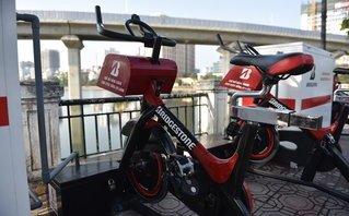 Mới- nóng - Clip: Vừa đạp xe vừa làm sạch nước hồ Hoàng Cầu