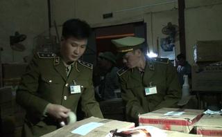 Mới- nóng - Clip: Bắt giữ 4 tấn hương liệu không rõ nguồn gốc tại Hà Nội