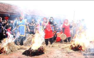 Mới- nóng - Clip: Đỏ lửa lễ hội thổi cơm thi làng Thị Cấm