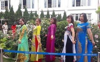 Mới- nóng - Clip:  Sốc với cảnh vít cành, giẫm hoa tại Lễ hội hoa hồng Bulgaria