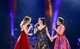 Giải trí - Hồng Nhung mang quà sinh nhật của Mỹ Tâm lên sân khấu