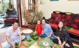 Ngôi sao - Gia đình Á hậu Trịnh Kim Chi quây quần gói bánh chưng đón Tết