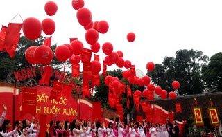 Văn hoá - Ngày Thơ Việt Nam 2018: 50 câu thơ hay được thả tại Văn Miếu