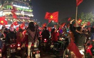 Xã hội - Biển người ùn ùn kéo về Hồ Gươm mừng  U23 Việt Nam chiến thắng