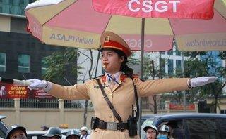 Mới- nóng - Clip: Ngày 8/3 của nữ cảnh sát giao thông Công an Hà Nội