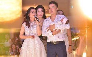 Giải trí - Diễn viên Hoàng Yến khóc trên sân khấu trong tiệc đầy tháng con gái