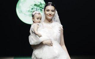 Giải trí - Mẹ con Hồng Quế làm vedette trong đêm mở màn 'Tuần lễ thời trang Xuân Hè 2018'