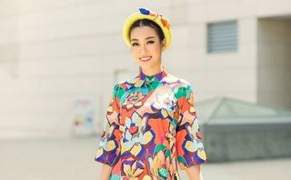 Ngôi sao - HH Đỗ Mỹ Linh hoá 'chim công' xuống phố với áo dài rực rỡ sắc màu