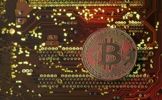 Tài chính - Ngân hàng - Lần đầu chạm mốc 15.000 USD, bong bóng Bitcoin nguy cơ 'nổ'?