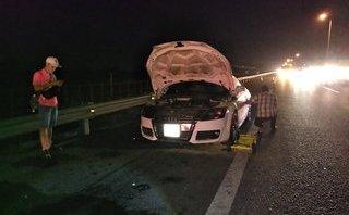 Sau vô lăng - Xe sang Audi bốc cháy trên cao tốc TP.HCM - Trung Lương