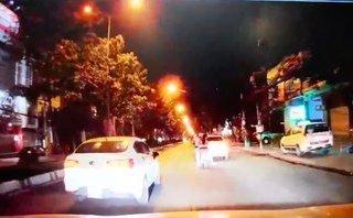 Sau vô lăng - Bức xúc xe máy kẹp 3 đi ngông nghênh, tài xế ô tô ép sốc vào lề
