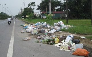 Chính trị - Xã hội - Thị xã Sơn Tây: Rác tràn xuống phố và Quốc lộ 32