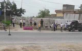 Chính trị - Xã hội - Hải Phòng: Dân mang bình gas ngăn cản GPMB mở rộng Quốc lộ 10