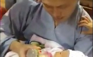 Xã hội - Hưng Yên: Bé trai sơ sinh bị bỏ rơi trước cửa chùa với tờ giấy gửi nuôi