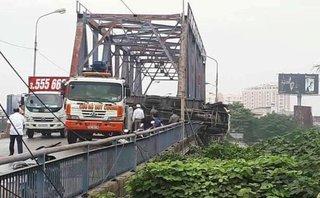 Tin nhanh - Hải Phòng: Ô tô tải bị lật do nổ lốp khiến 2 người thương vong